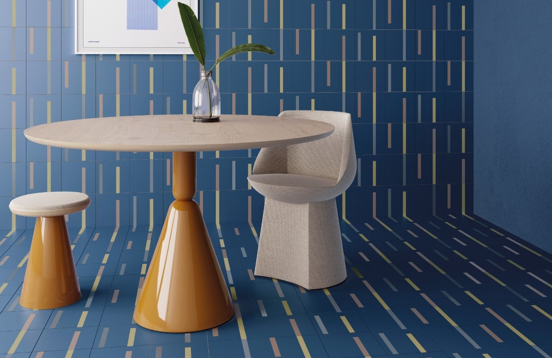 Une table ronde avec chaises et une plante